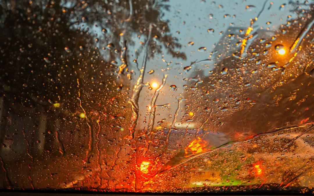 【头文字C】雨中开车行驶的安全细节