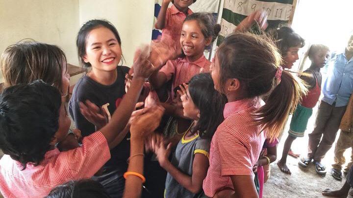 【我们旅行中】独闯印度背包旅行,23岁的依敏却重建了整所学校