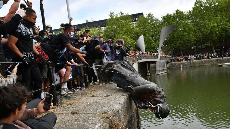 【新闻】英国雕像被推倒,反种族歧视示威大爆发